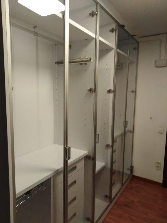 Vestidor acabat en laminat blanc i portes de vidre